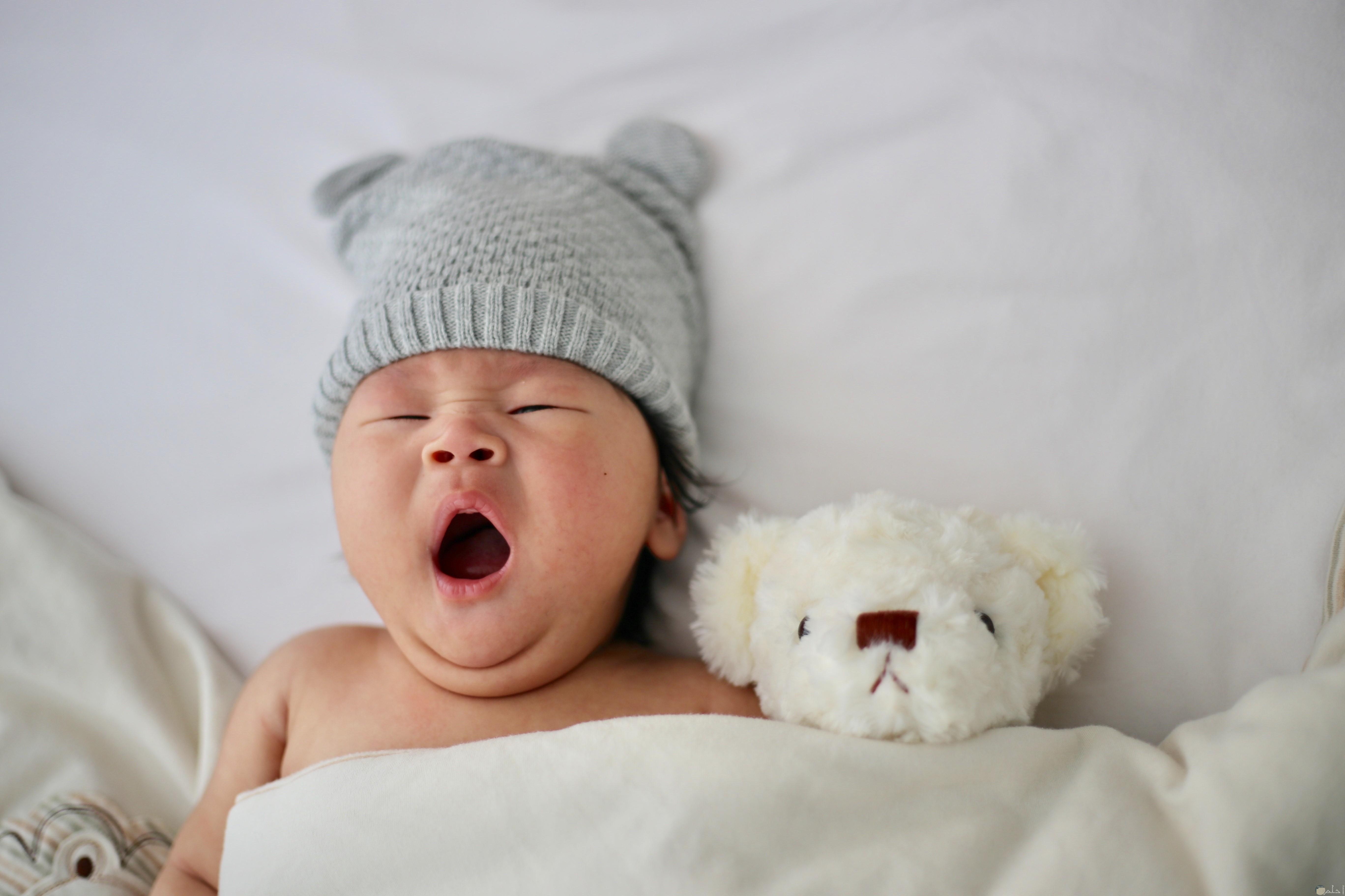 صورة طفل ينام بجواره دبدوب