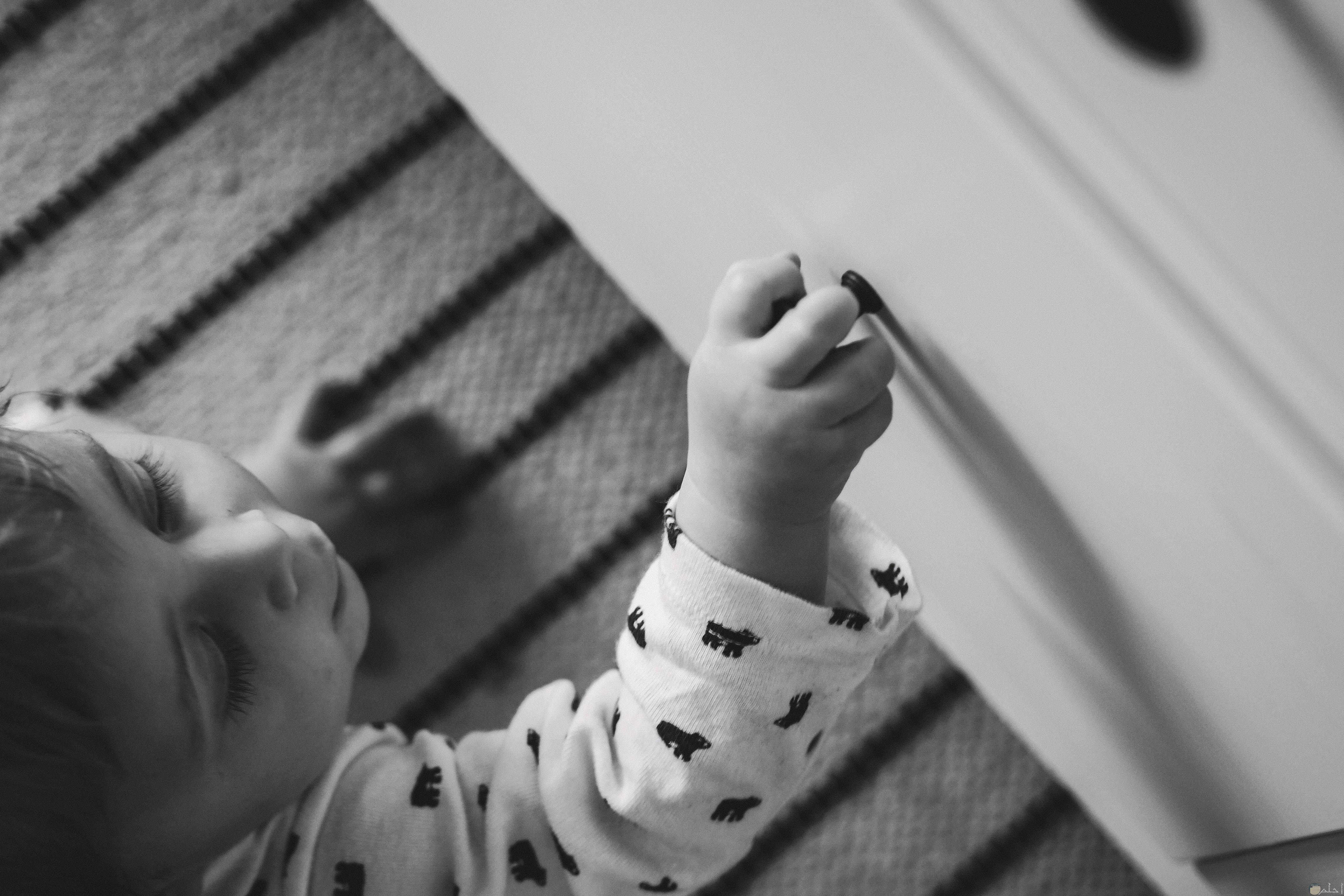 صورة طفل بريئ يلعب