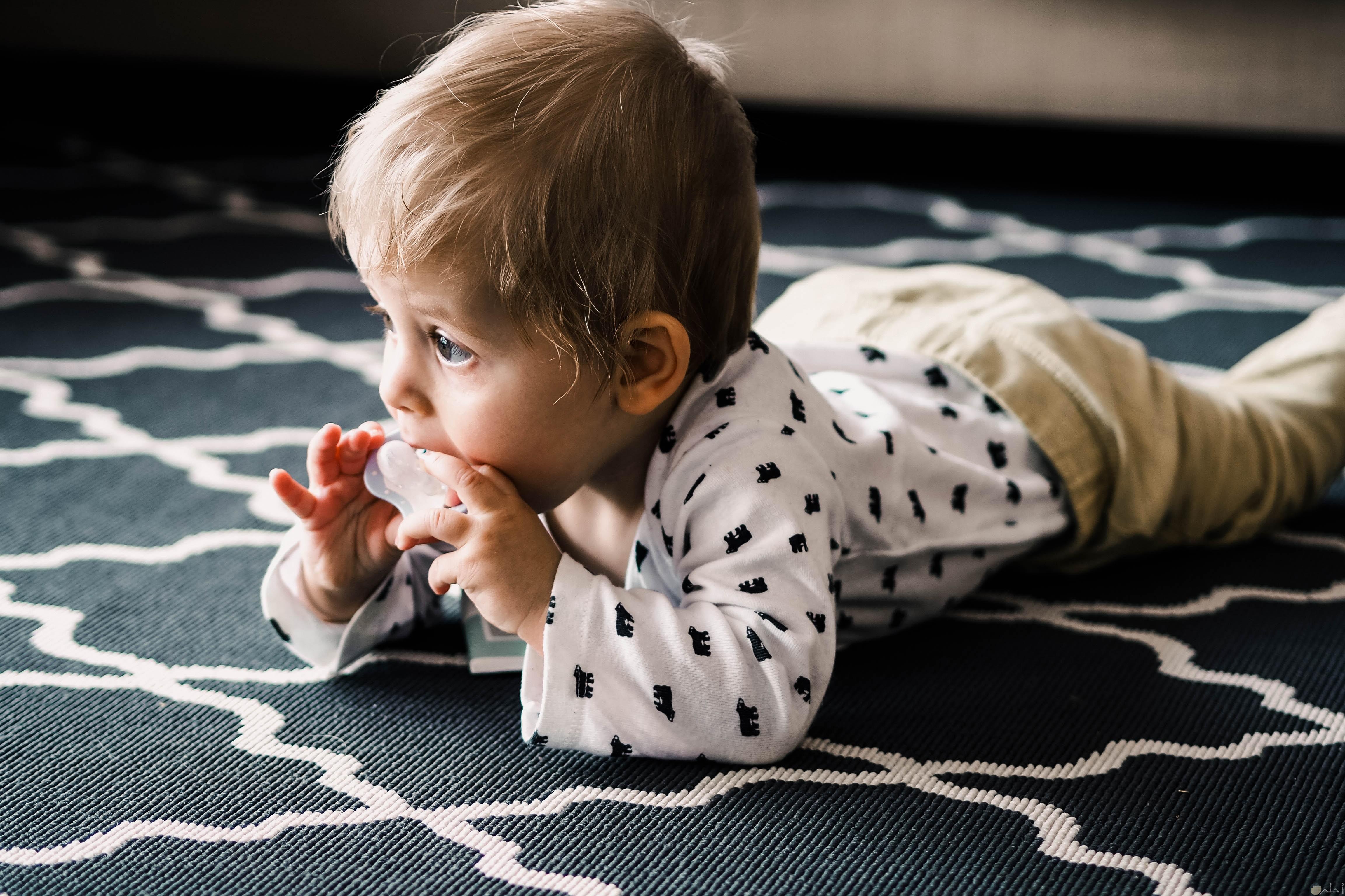 صوره طفل ملقى علي الارض