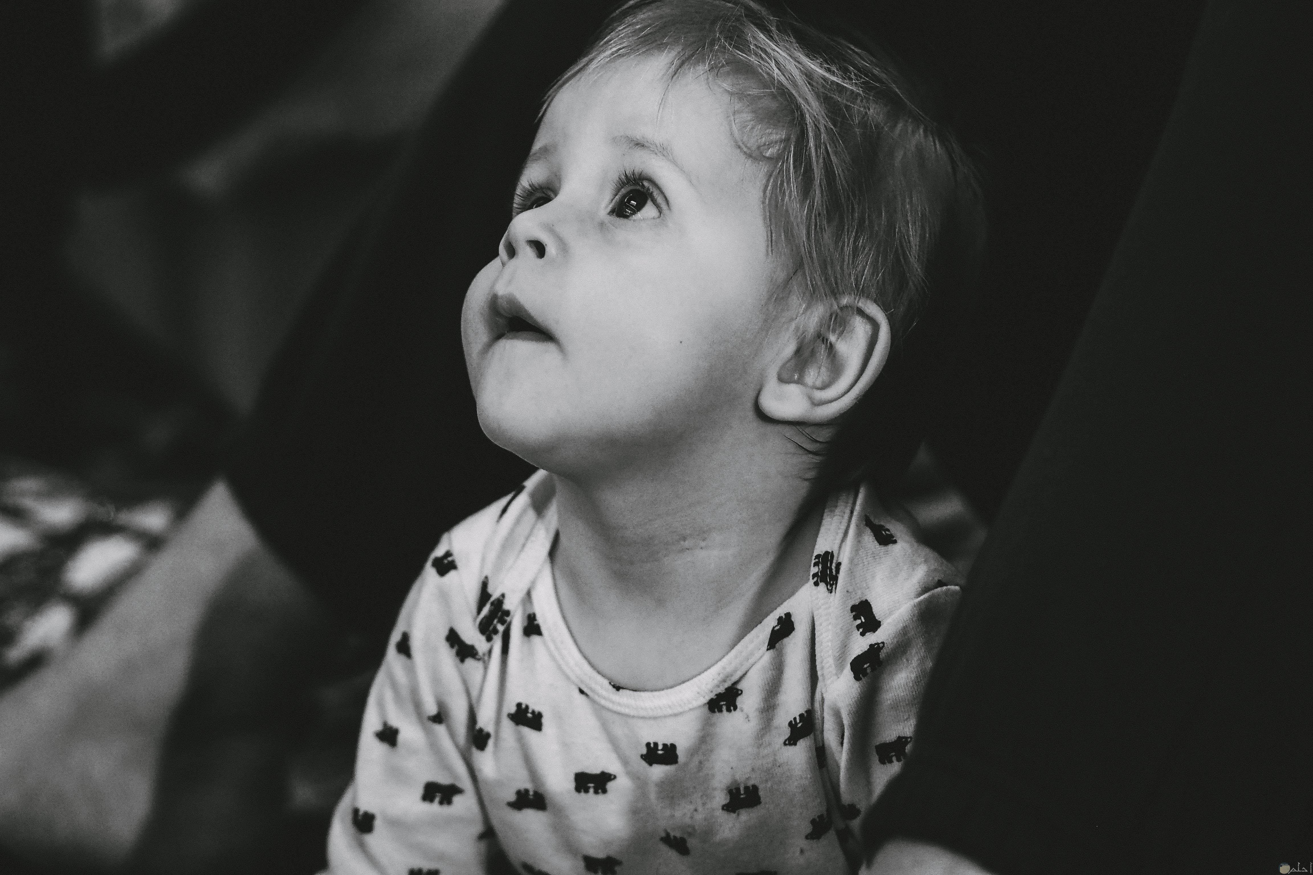 صورة طفل ينظر الى الاعلى