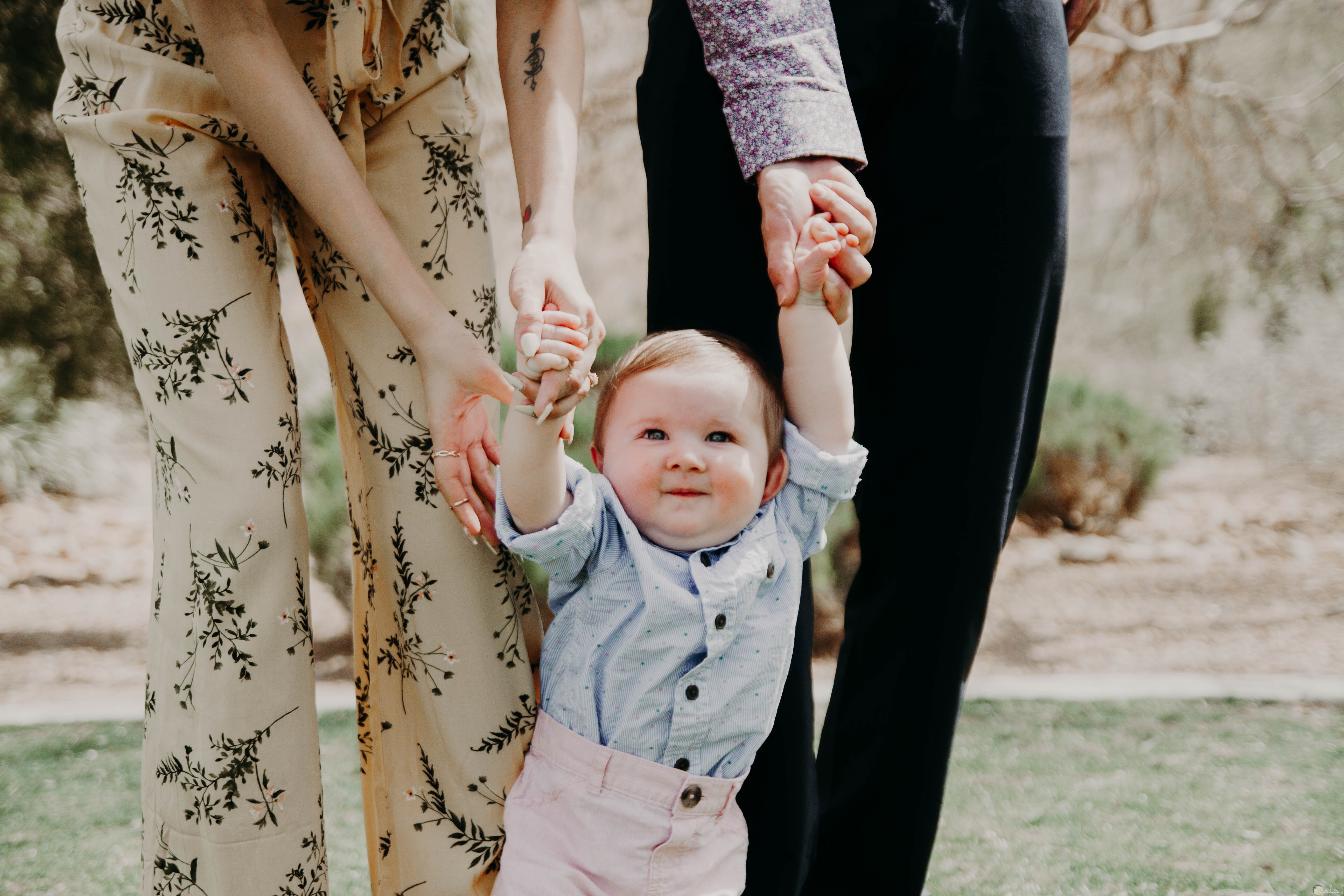 صورة طفل مع والدايه