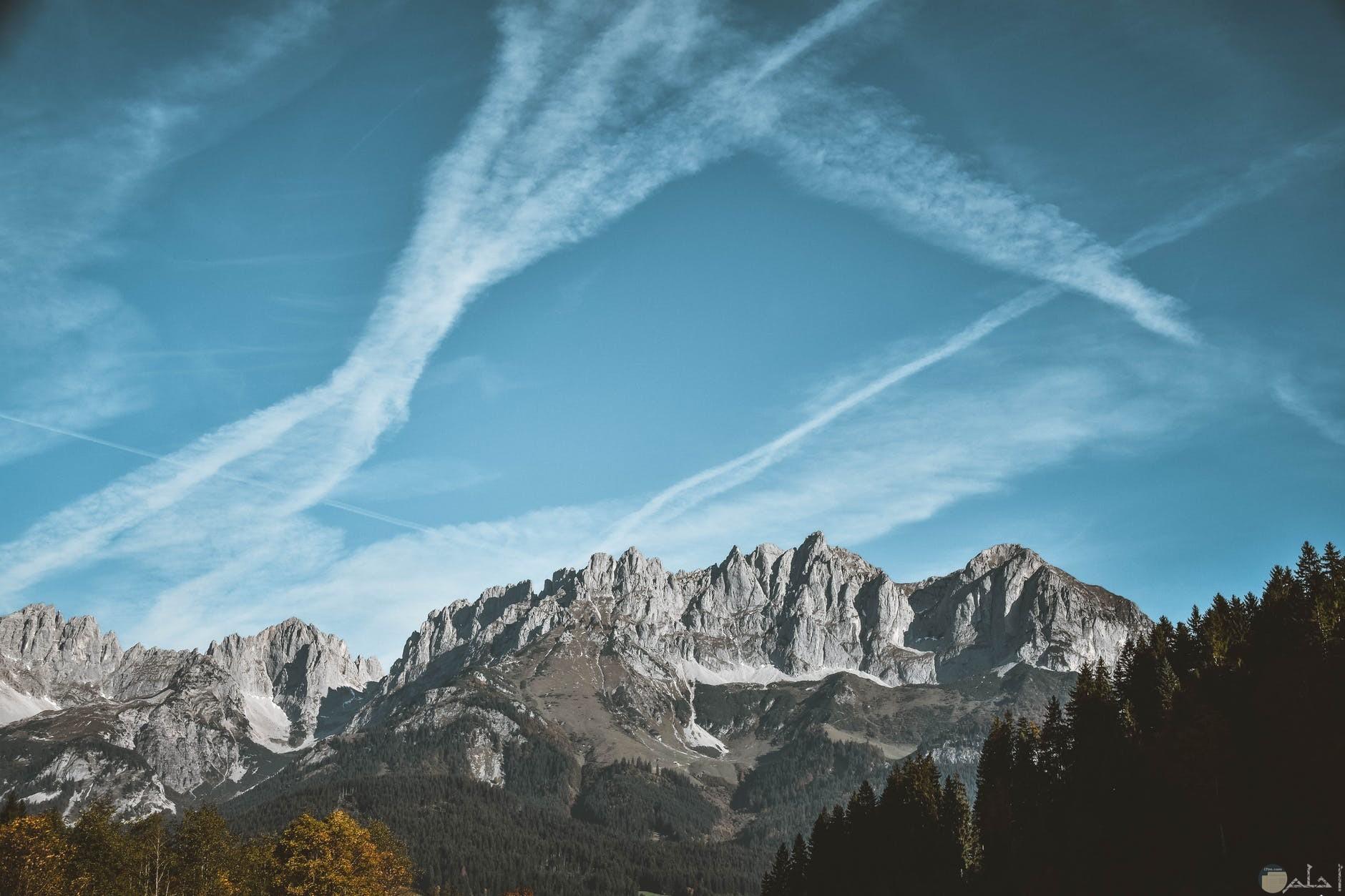 صوره جبال طبيعيه وسماء زرقاء وسحابه بيضاء