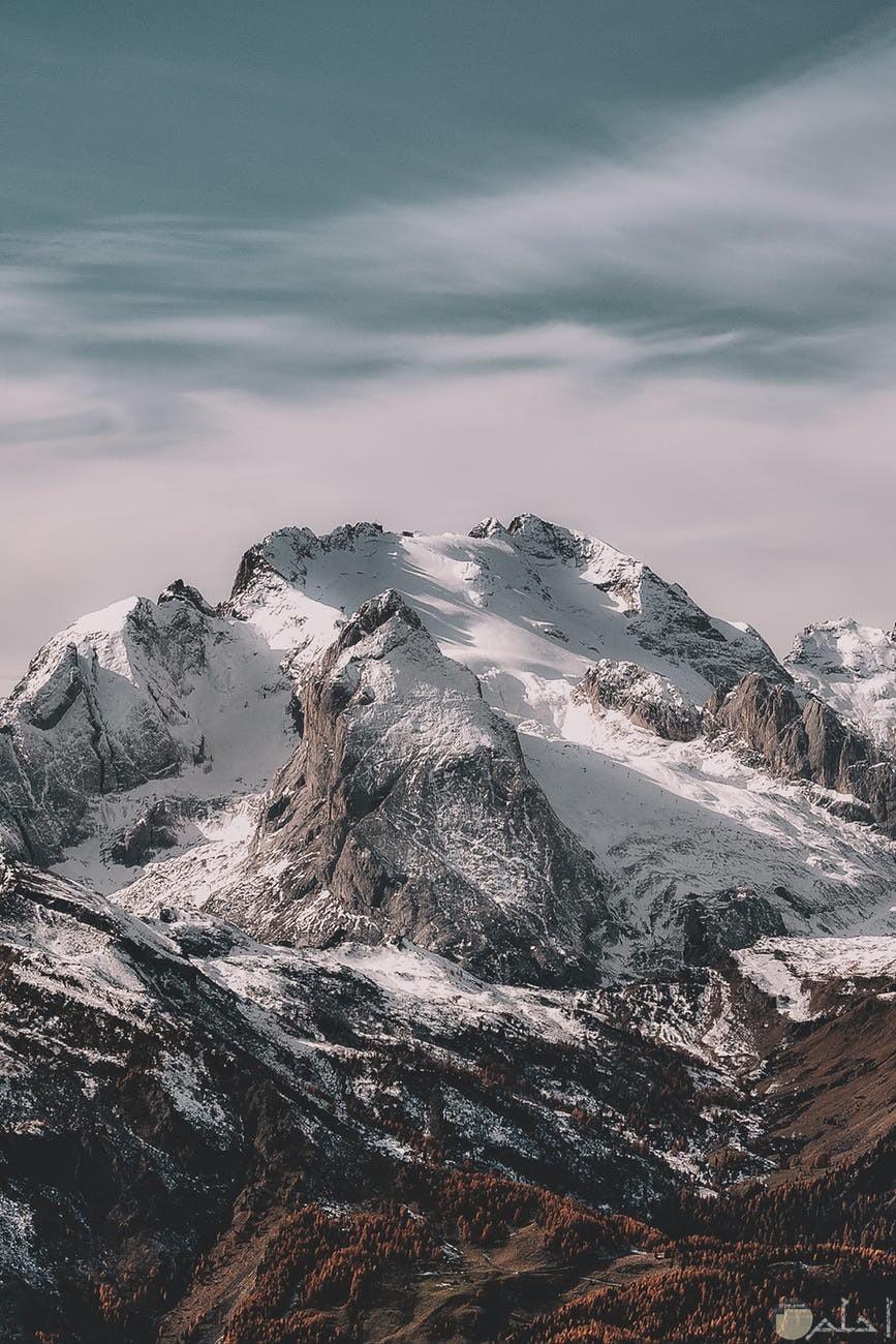 جبال عليها ثلوج بيضاء وسماء صافيه