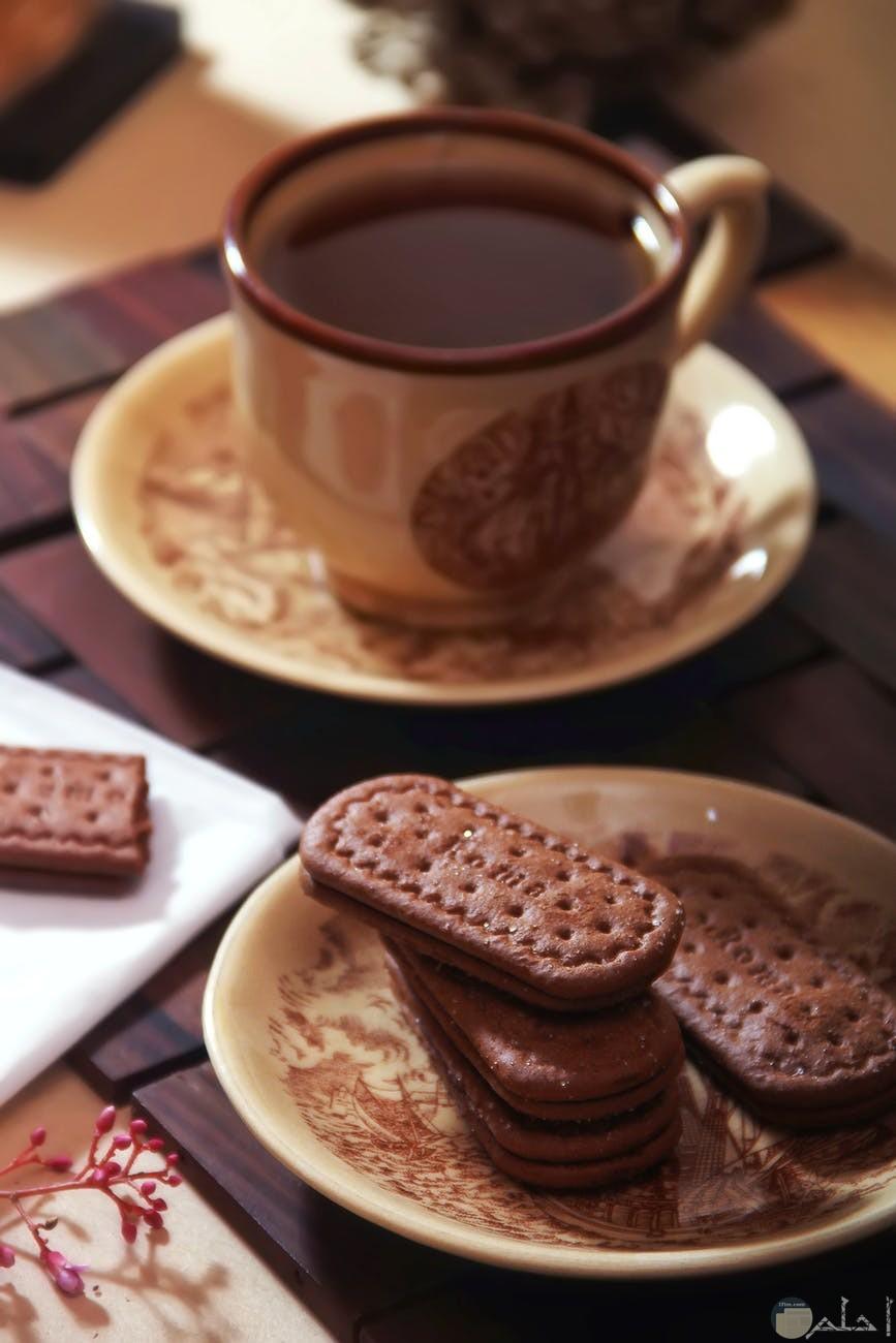 فطور كوب شاي مع البسكويت