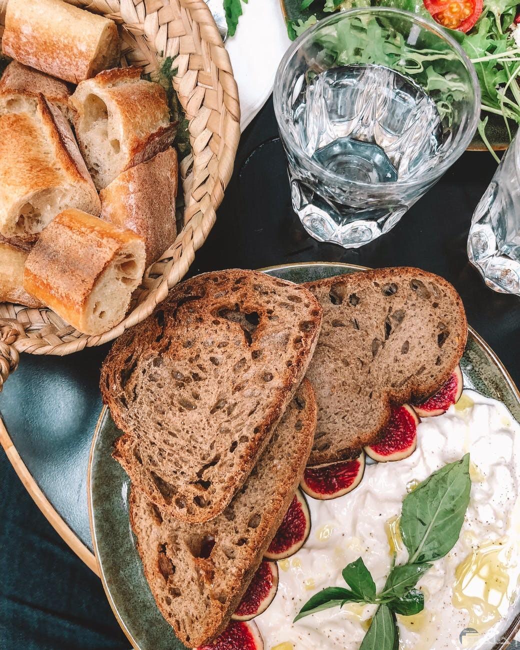 فطور قطع خبز وبيض اومليت وشرائح تين