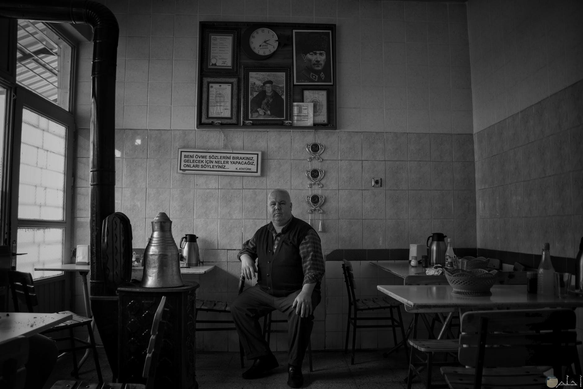 صورة قديمة لرجل يجلس في مقهي
