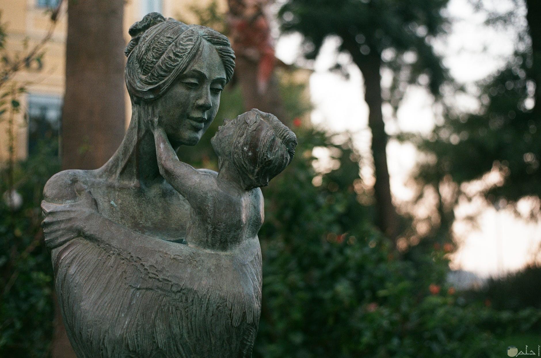 صوره تمثال سيده بيدها طفل