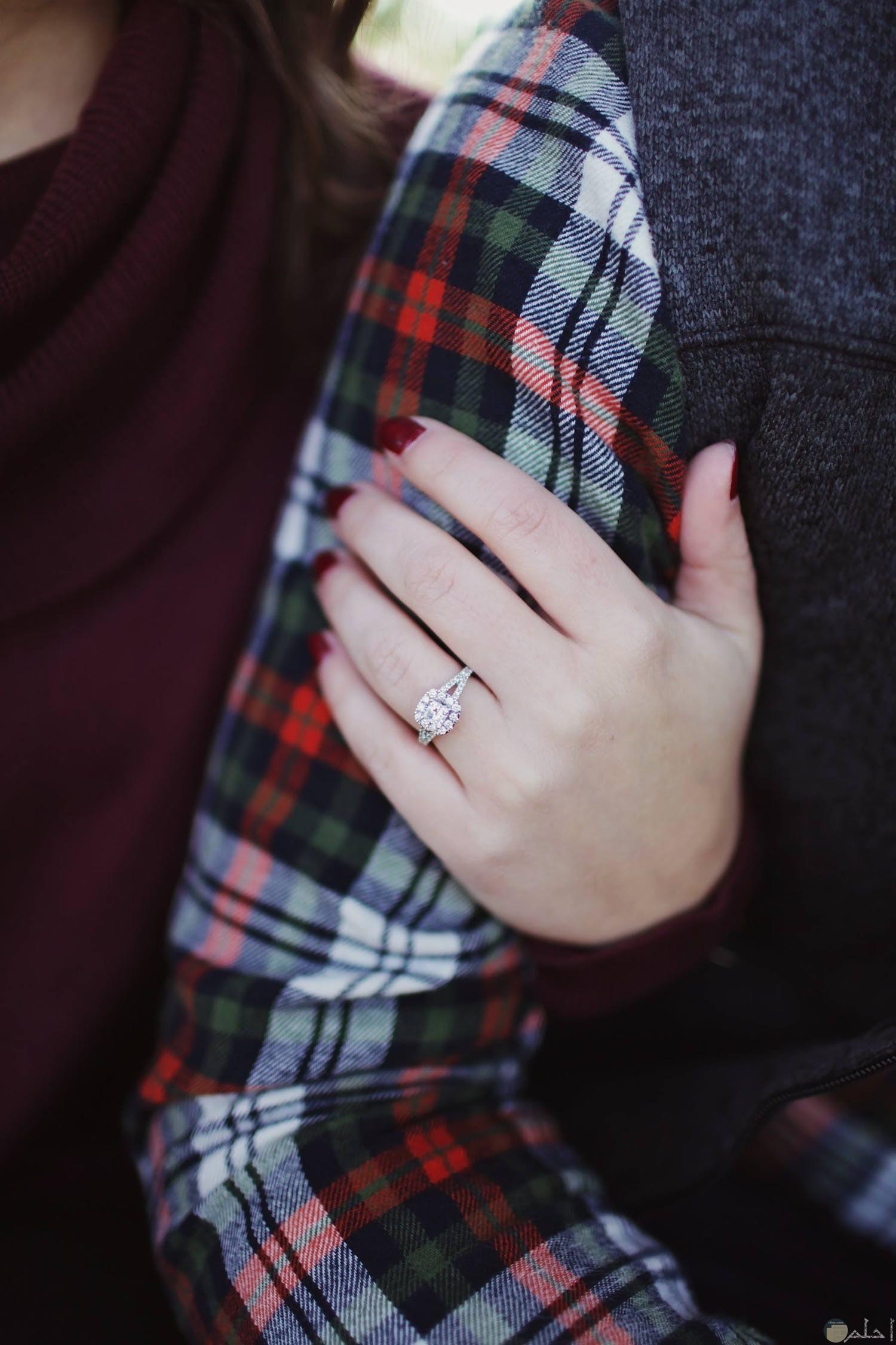 فتاه تحتضن ذراع زوجها