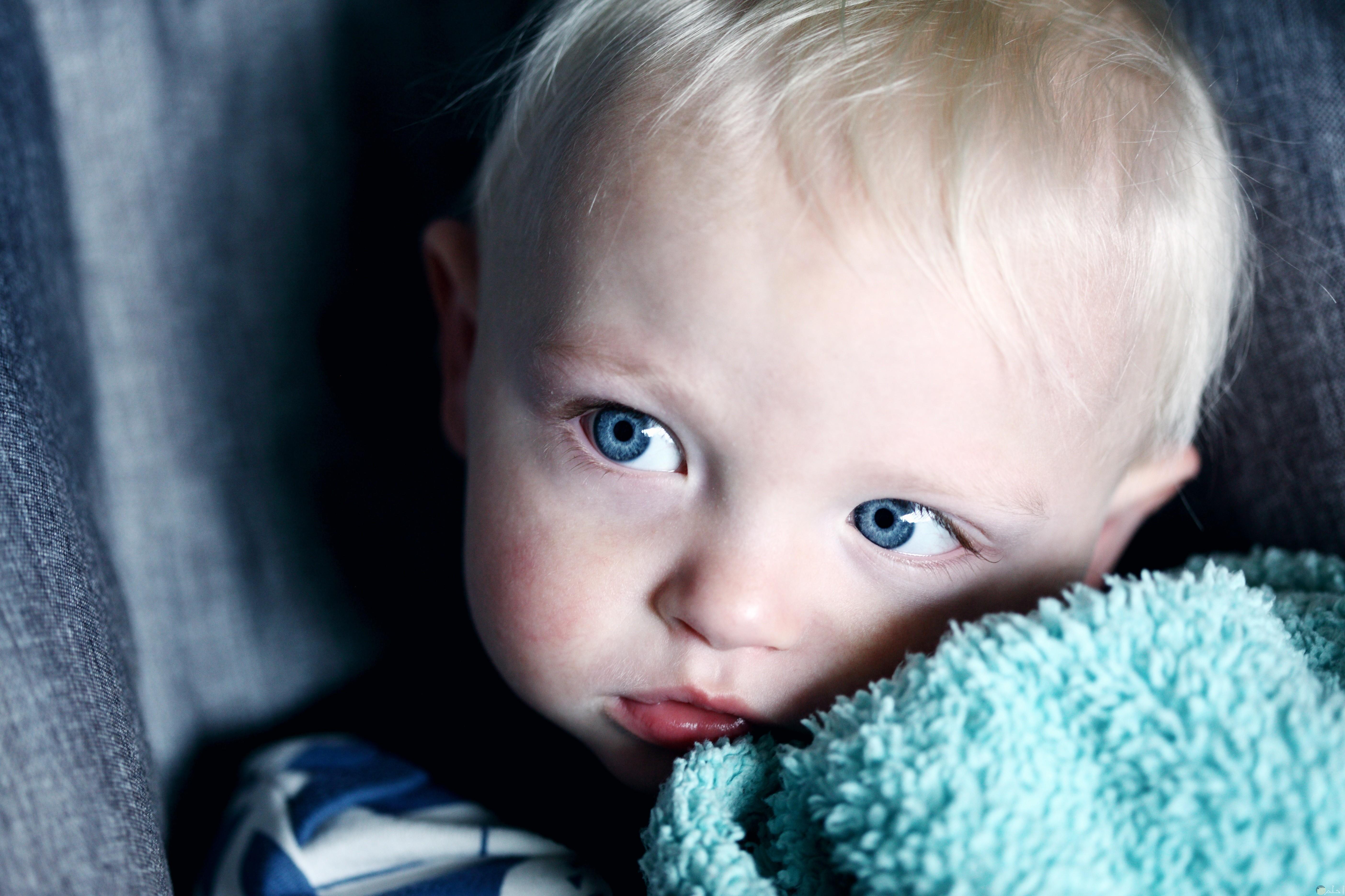 برئة طفل بعيون زرقاء