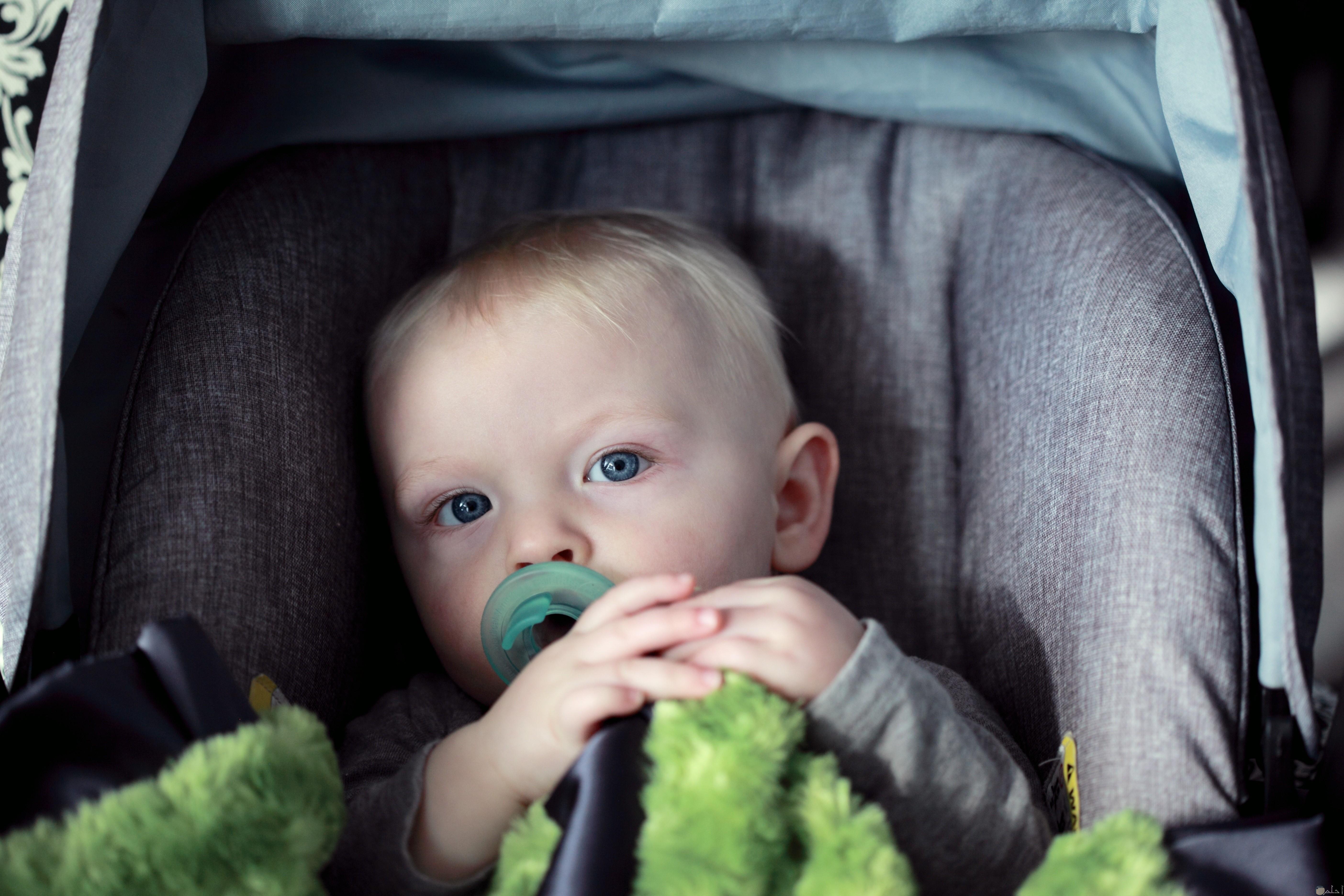 طفل رضيع يججس بعرابانة الاطفال
