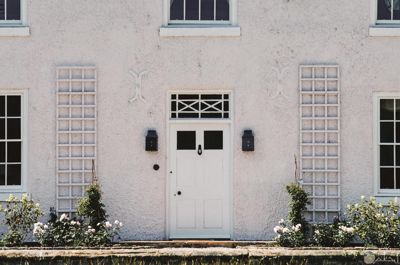 باب منزل صغير الحجم لونة ابيض
