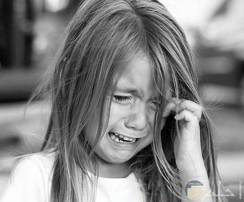 طفلة صغيرة تبكي بحرقة