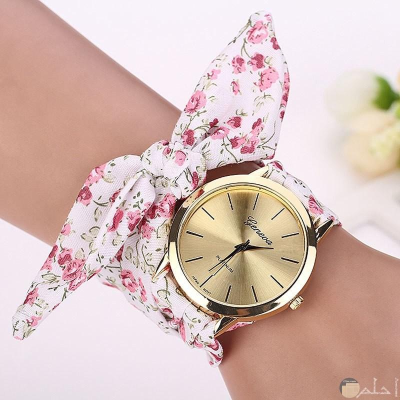 ساعة مع أسورة قماش بلون أبيض زاهي
