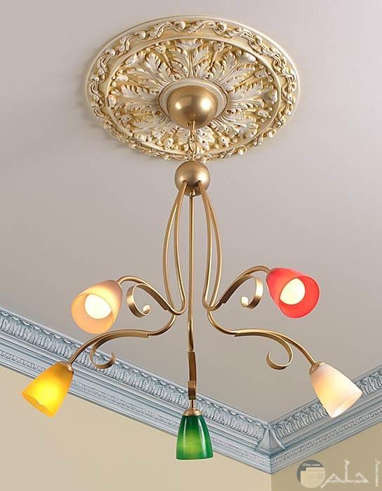 سرة سقف مذهبة مع نجفة ملونة مودرن
