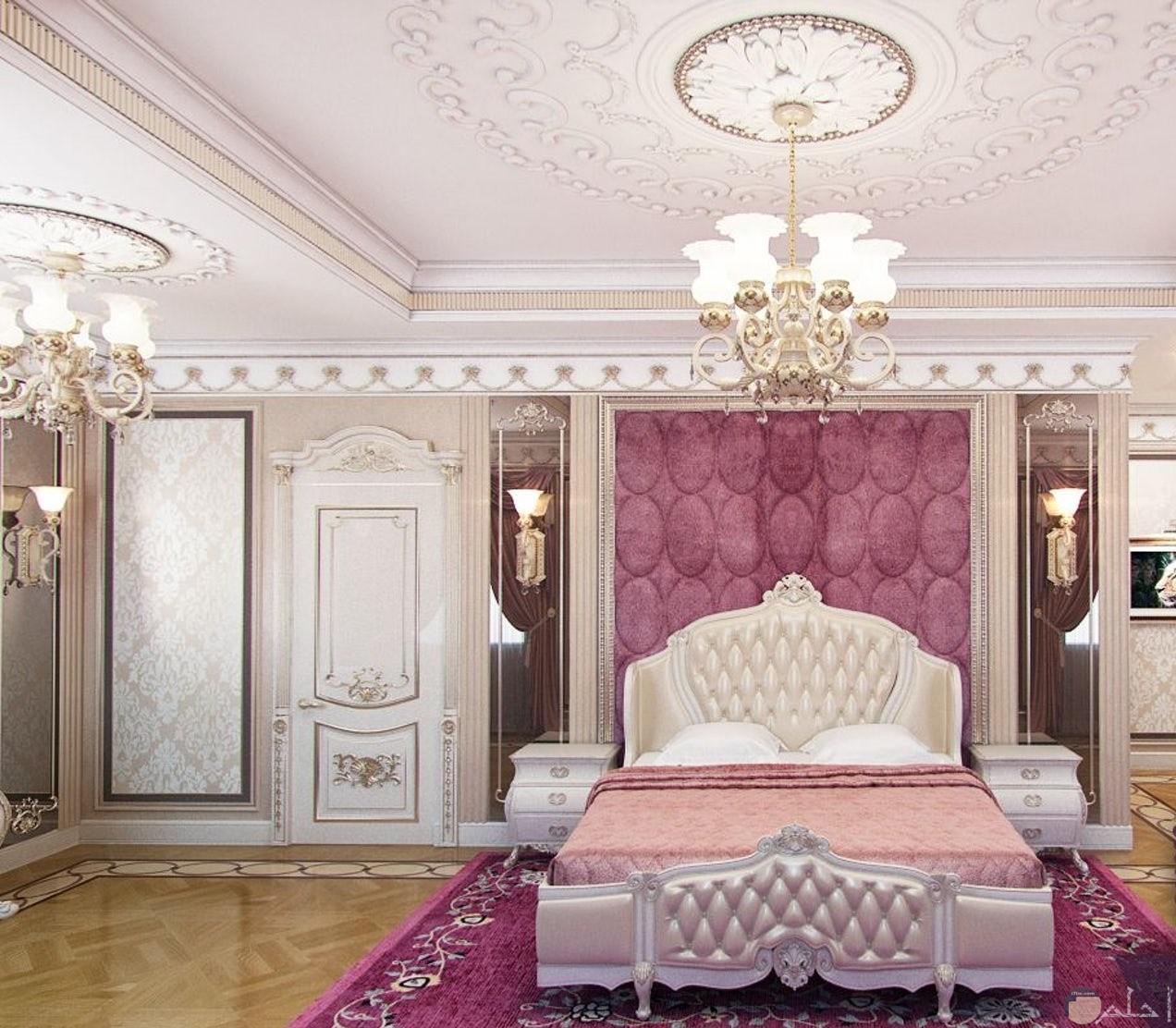 غرفة نوم مع تدلى النجف والكريستالات