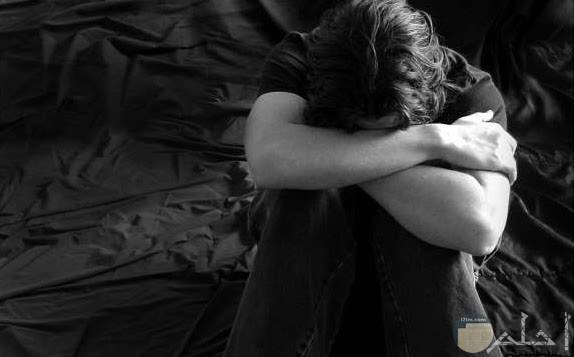 صورة شخص يبكي في حزن