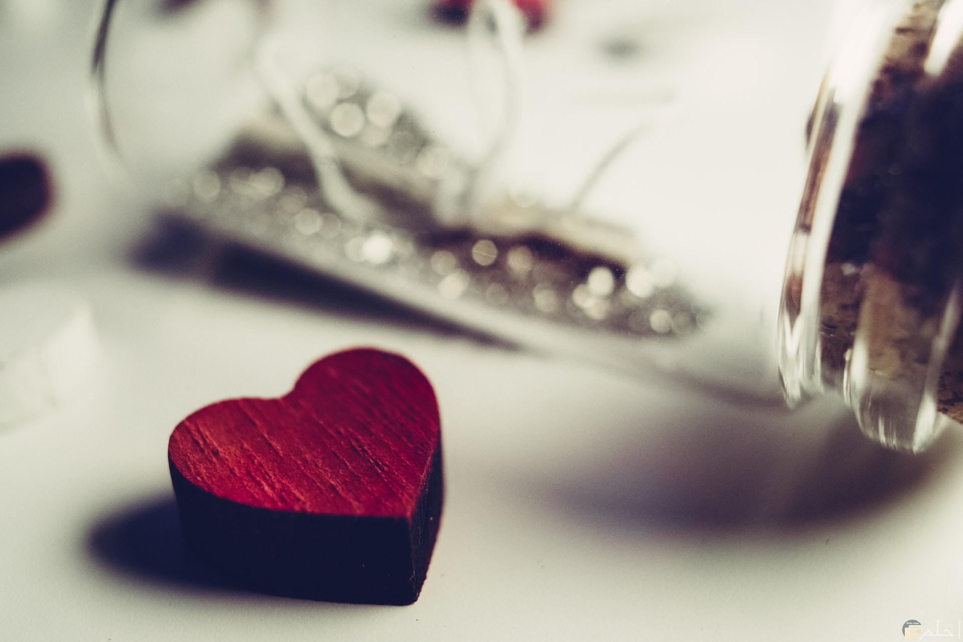 صورة جميلة جدا لقلب أحمر حلو بجانب برطمان زجاجي