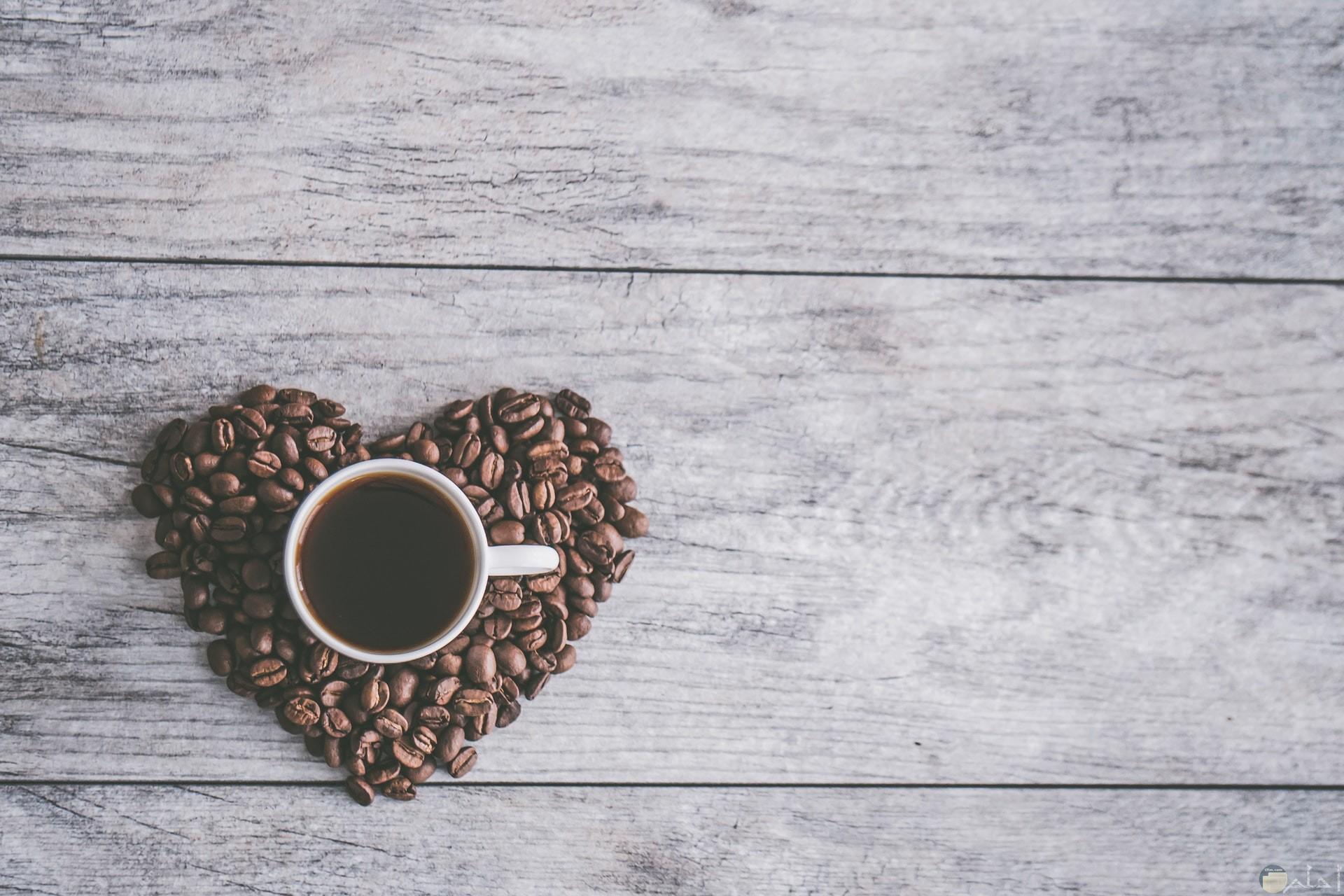 صورة جميلة جدا لقلب من البن وفوقه فنجان قهوة