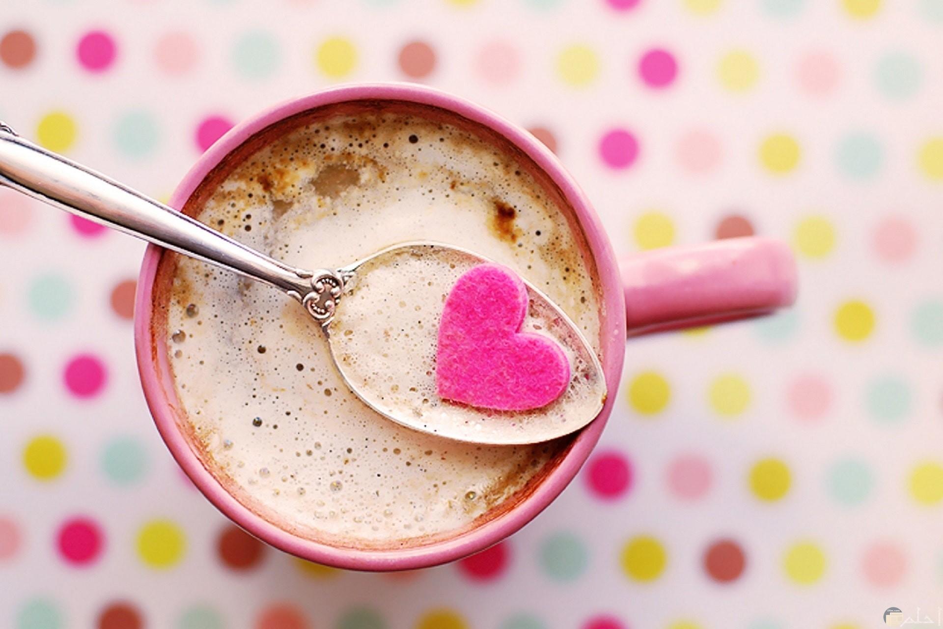 صورة جميلة جدا لقلب وردي داخل ملعقة وكوب وردي مع خلفية حلوة