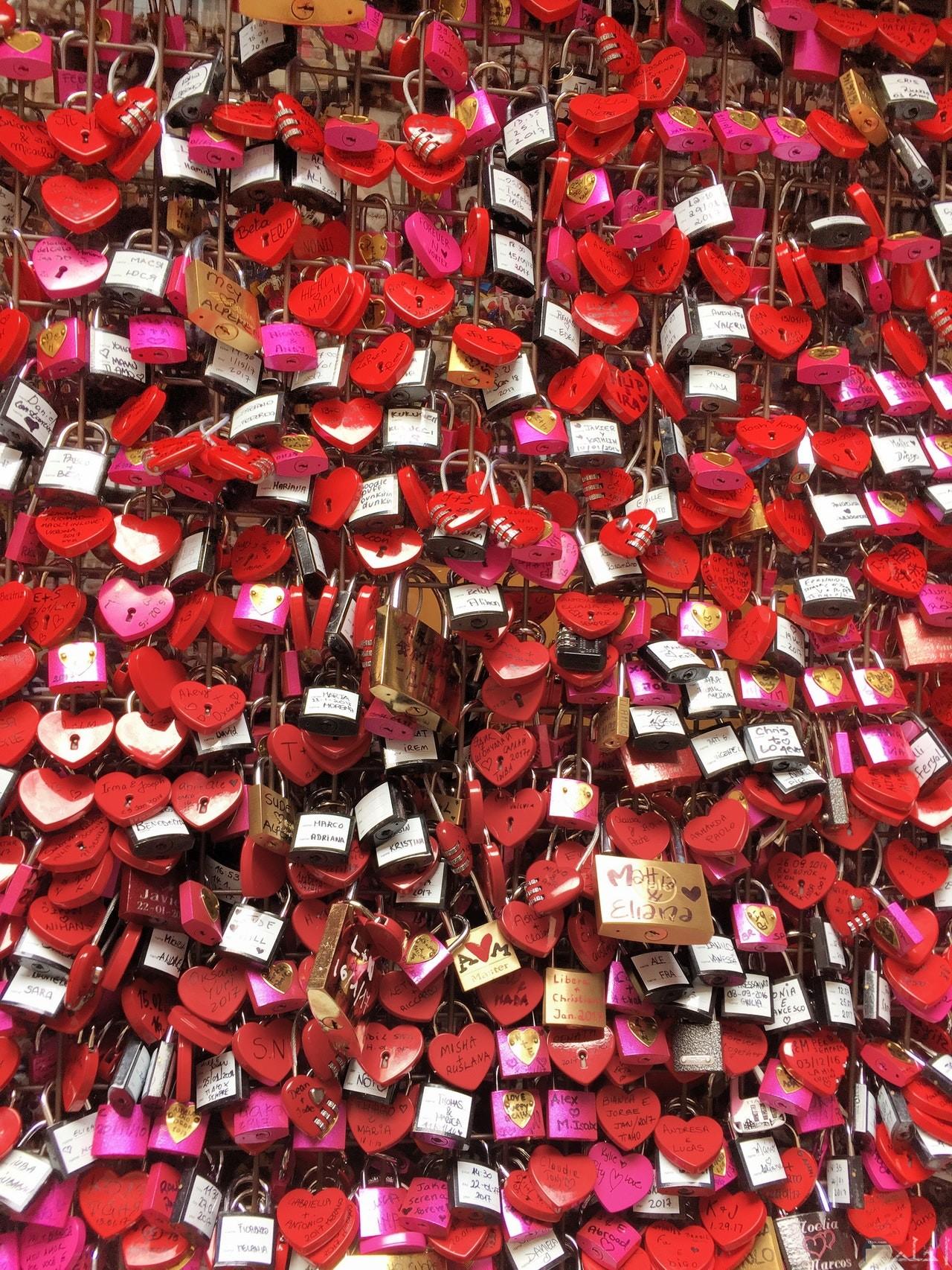 صورة جميلة جدا لمجموعة أقفال معلقة علي شكل قلوب حمراء حلوة