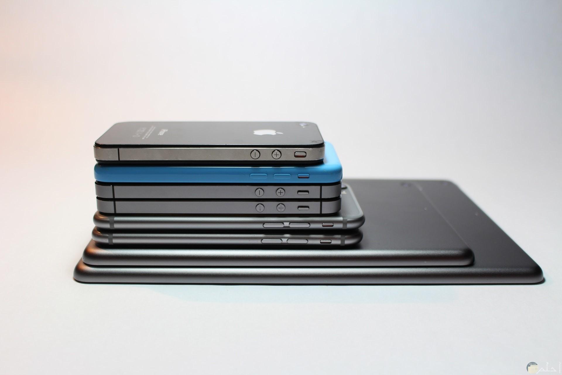صورة جميلة جدا لمجموعة من الهواتف فوق بعضها من الأكبر للأصغر حجما