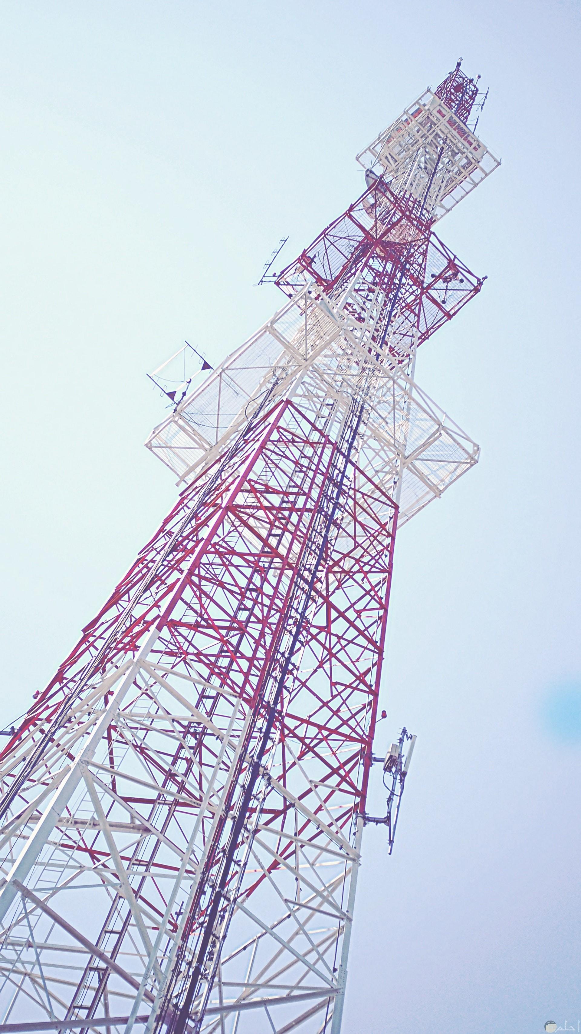 صورة جميلة لبرج عالي جدا وقت النهار