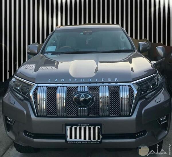 صورة جميلة لسيارة تويوتا لاند كروزر برادو باللون الفضي من الأمام
