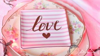 صورة جميلة لقلب مرسوم علي طبق مكتوب فوقه كلمة حب بالإنجليزي مع أضواء صناعية حلوة جدا