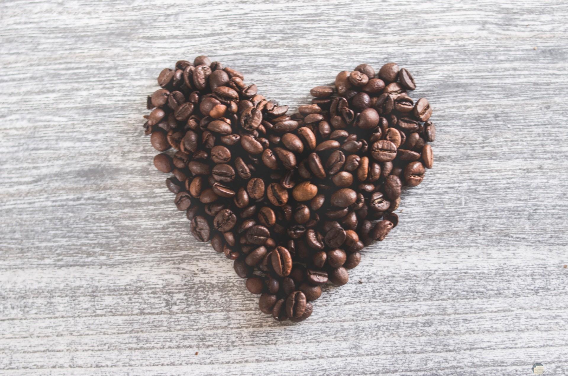 صورة جميلة لقلب من حبات البن لكل عشاق القهوة