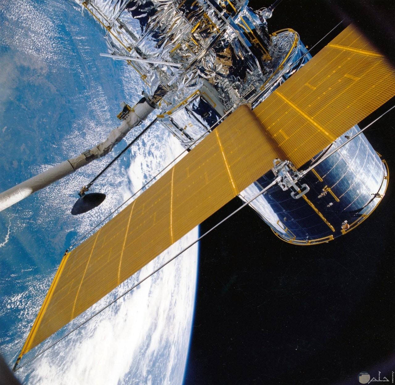 صورة جميلة لقمر صناعي في الفضاء الخارجي