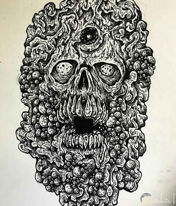 صورة رسمة مخيفة لأحد الرسامين عبارة عن رأس شخص بمعالم مرعبة جدا