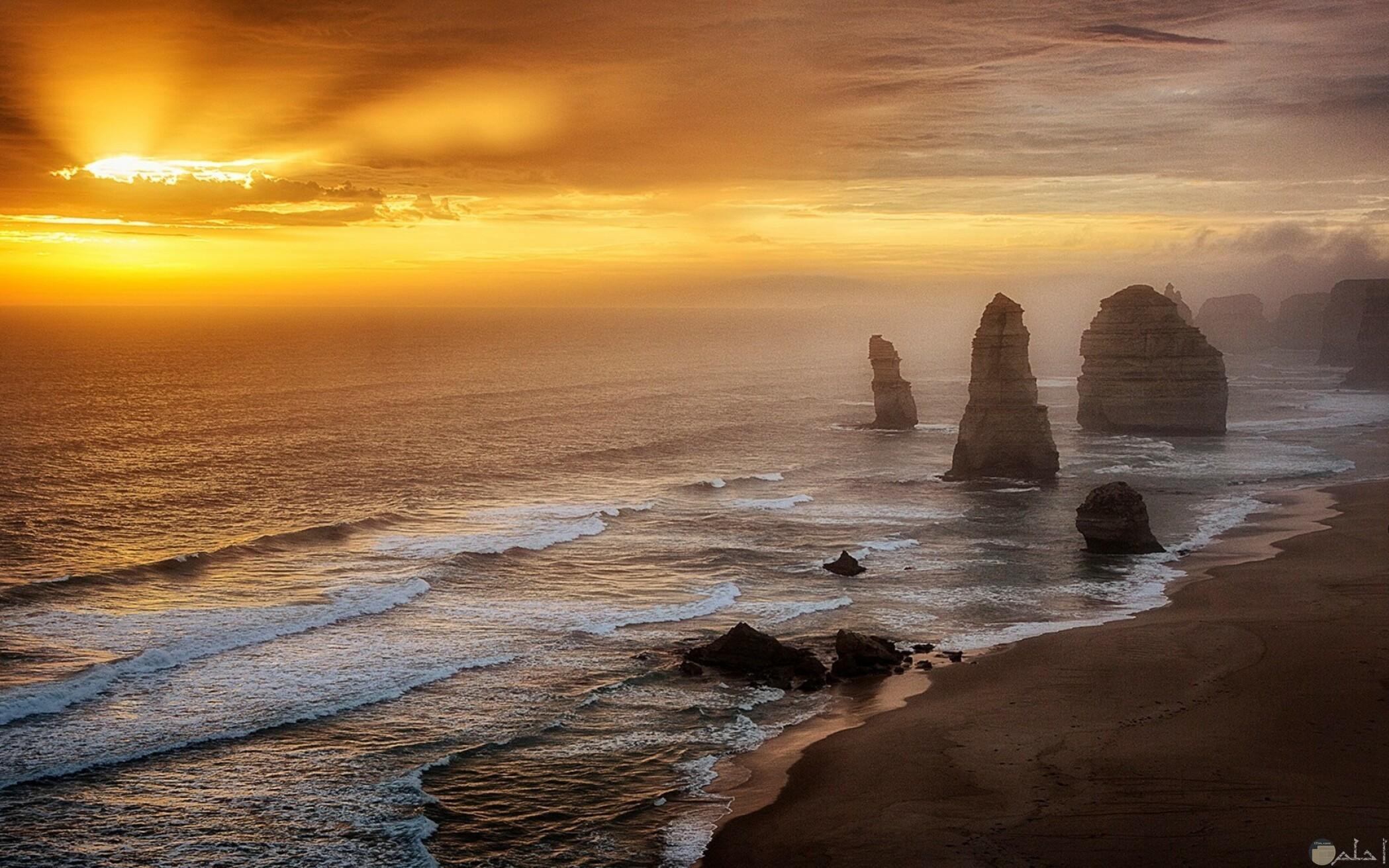 جمال الغروب والصخور والبحر