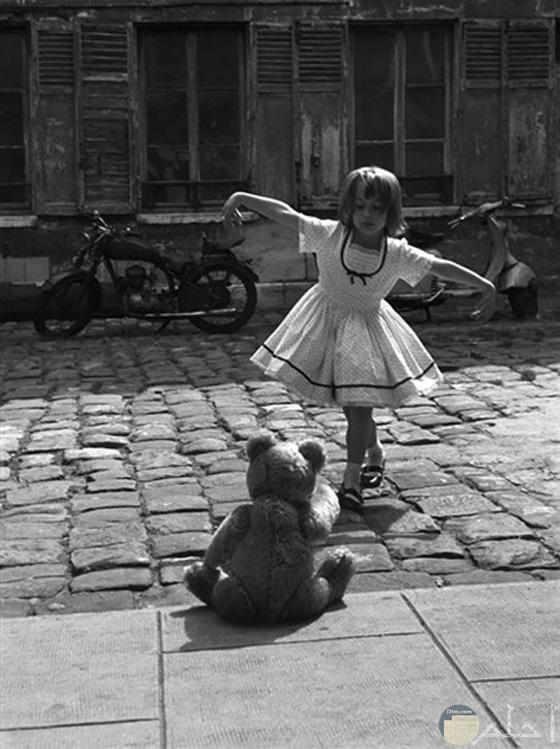 طفلة صغيرة تلعب بمفردها مع لعبتها