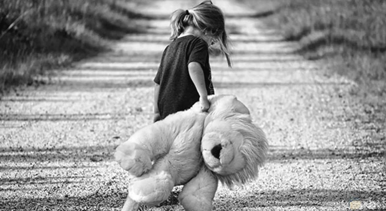 بنوتة حزينة تمشي بصحبة دبدوبها