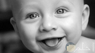 بيبي جميل ابتسامته ساحرة