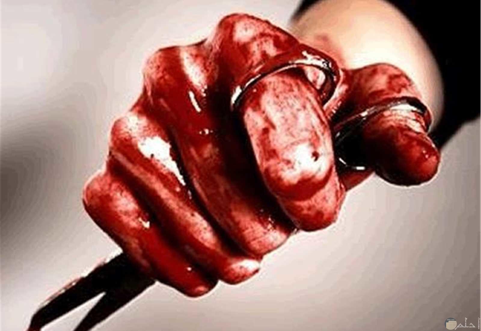 يد ملطخة بدماء حمراء