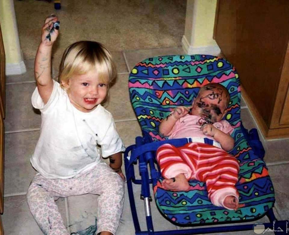 بيبي يلون وجه أخوه الصغير بالألوان
