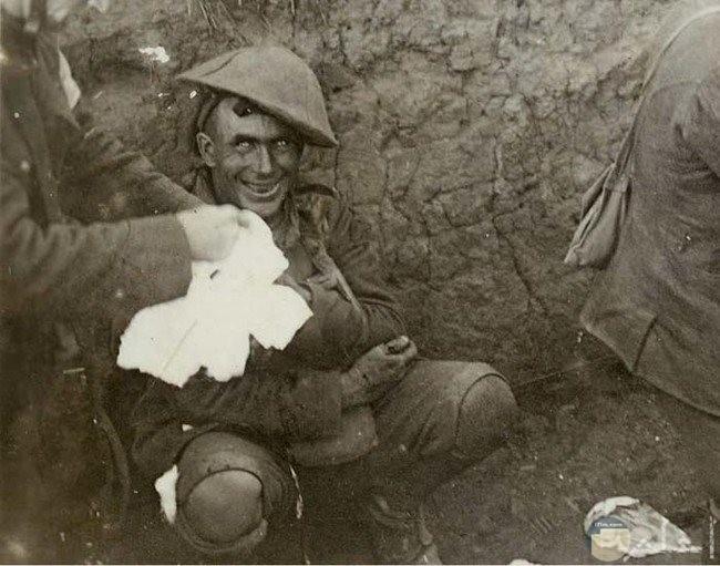 صورة مرعبة لرجل يجلس على الارض وعيونه مخيفة جدا