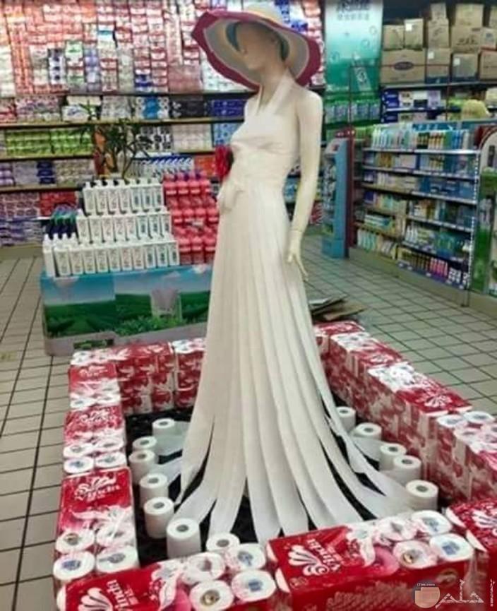 صورة موديل ترتدي فستان كامل من المناديل الورقية