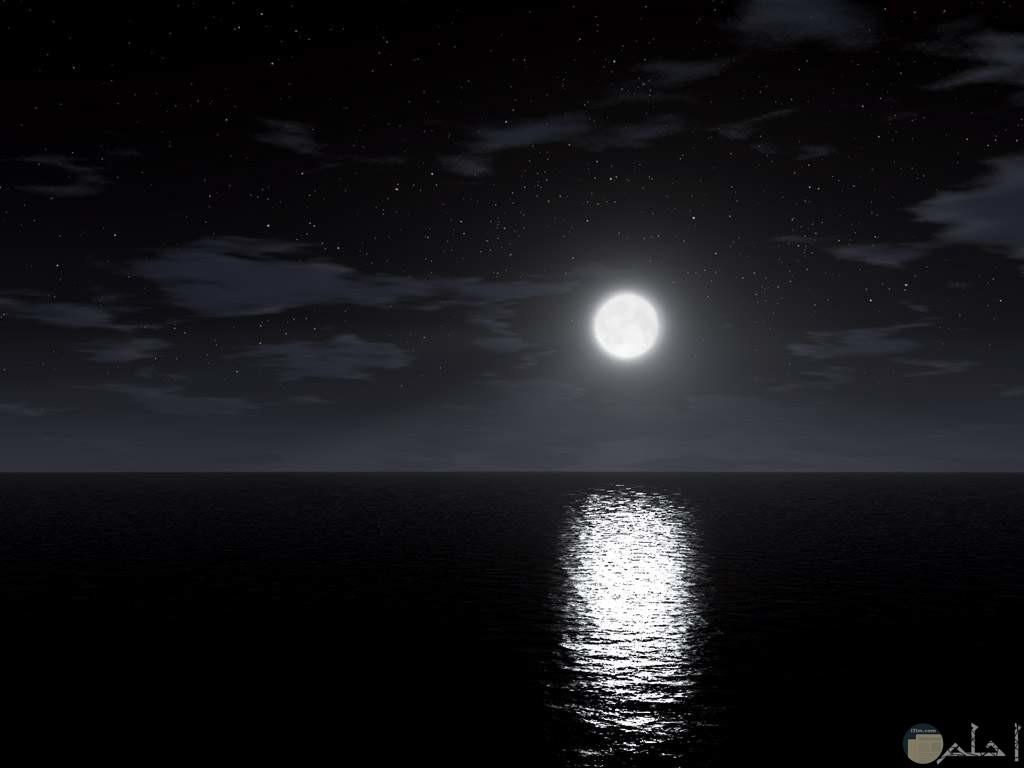 انعكاس ضوء القمر علي سطح الماء
