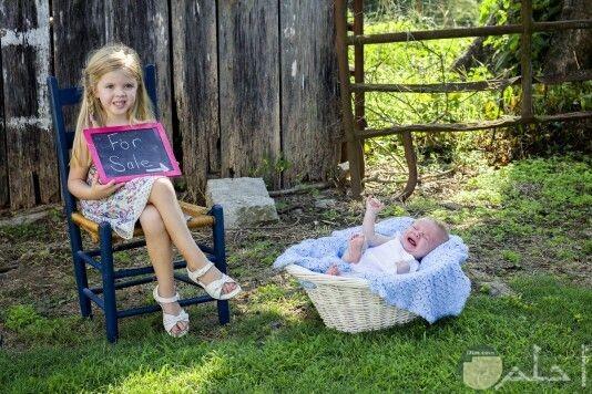 صورة مضحكة لبنت تعرض أخوها للبيع