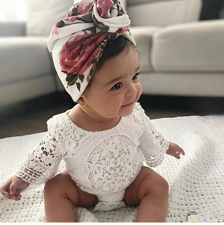 بيبي جميلة بفستان ابيض صغير رائع