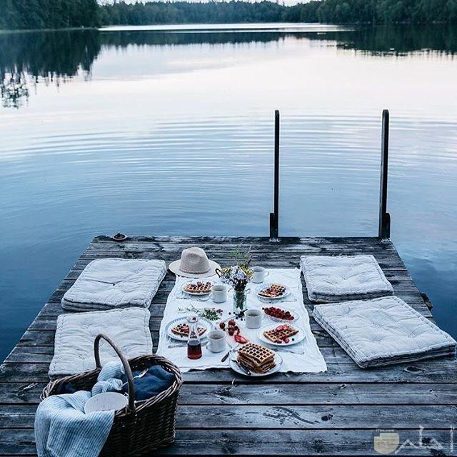 ذوق خاص في تناول الطعام علي البحر