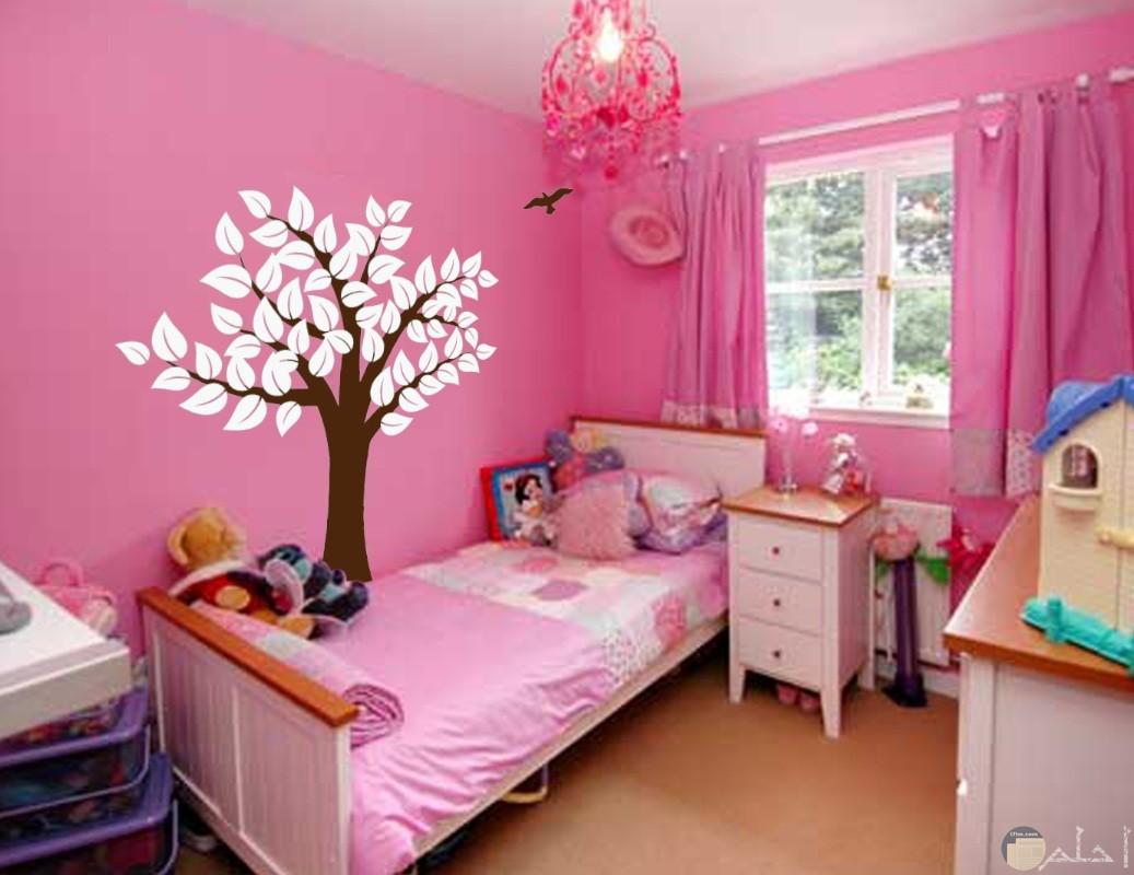 شجرة جميلة علي حائط غرفة الأطفال