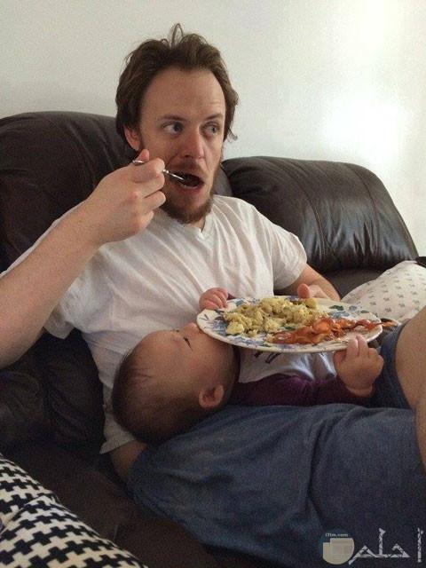 أب يسند طبقه علي طفله