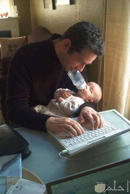 صورة مضحكة للأب مع البيبي