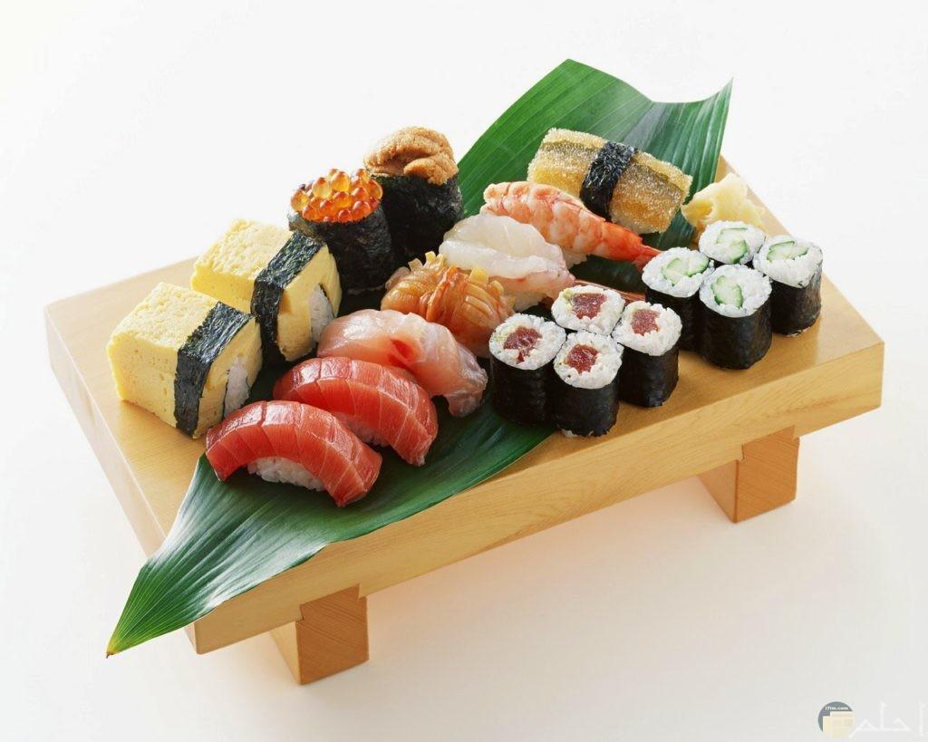 الاكله اليابانيه السوشي اللذيذه مكونه من سمك فيله وارز وتوابل