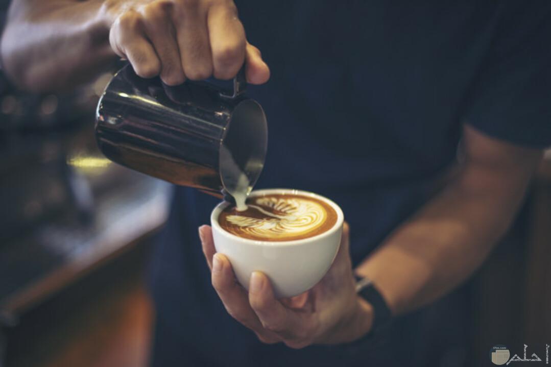 تميز وذوق عالي في التحكم في الرسم علي القهوة