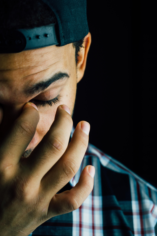 صورة مؤلمة لشاب حزين