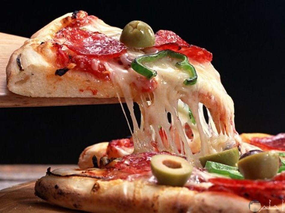 صوره بيتزا بالزيتون الاخضر والجبنه الموتزريلا والفلفل والطماطم لذيذه جدا
